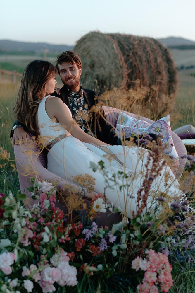sposi nel Val D'Orcia, lei indossa abito da sposa realizzato a mano a Firenze da Andreia Cruz