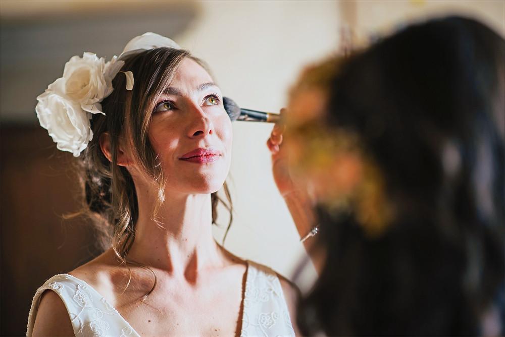 la sposa che si prepara al matrimonio , indossando un abito su misura