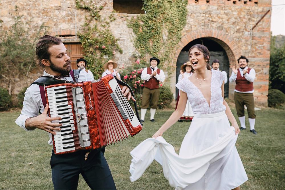 la sposa che si diverte durante il suo matrimonio, con addosso un abito realizzato da Andreia Cruz
