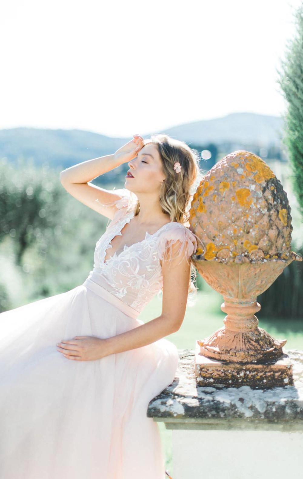 abito da sposa Firenze, fatto a mano com ricami in piume e cristalli di Swarovski
