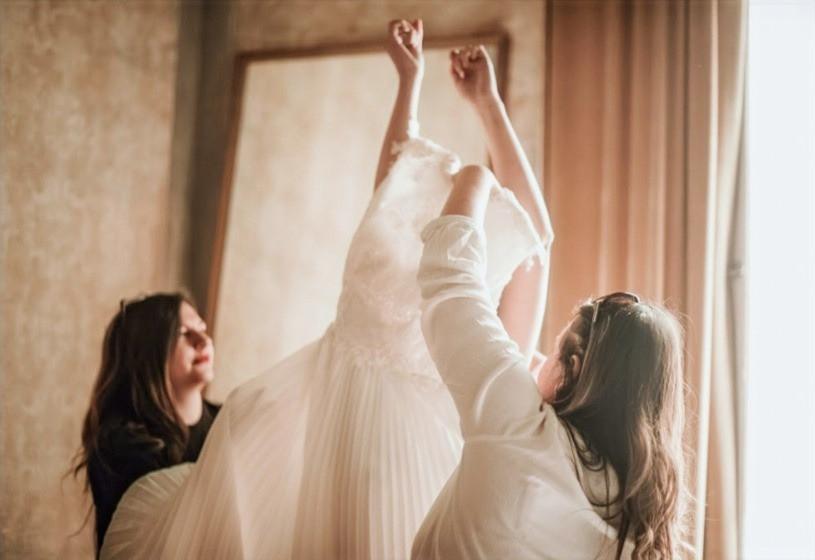 la sposa che indossa l'abito