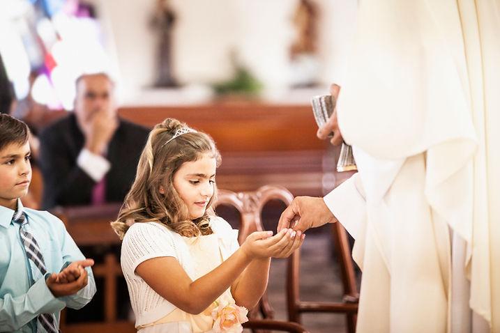 Menina na primeira comunhão