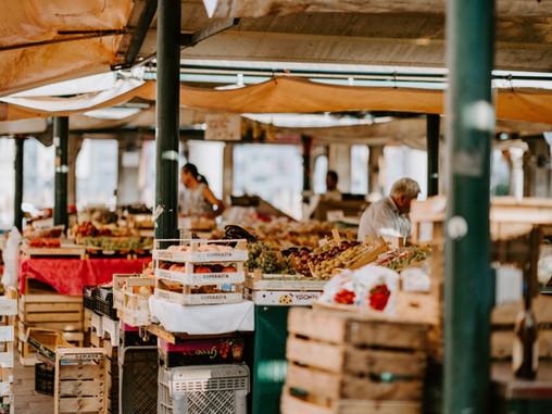 Dynamiques d'attachement des productions alimentaires aux territoires par les marchés de proximité.