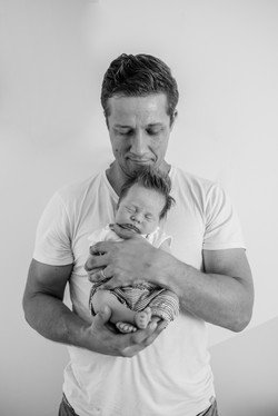 familienbild papa und kind neugeborene m
