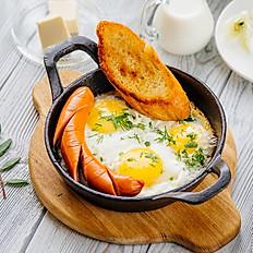 Яичница на сковороде с сосиской