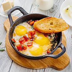 Яичница на сковороде с обжаренными томатами