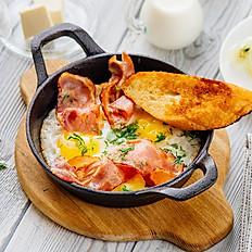 Яичница на сковороде с беконом