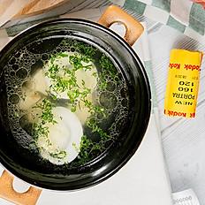 Крепкий куриный консоме по-Лионски с яйцом