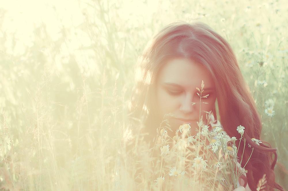 фотографии красивой девушки в поле