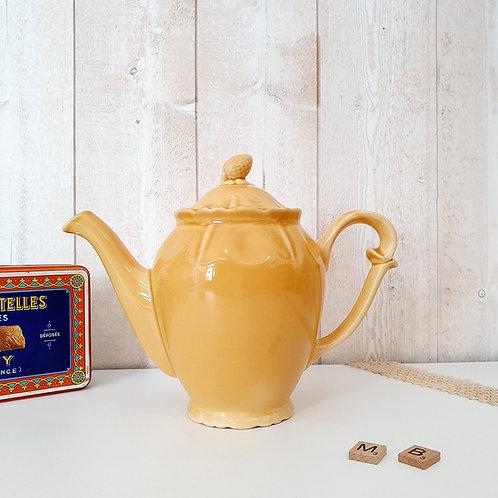 ancienne theière en céramique jaune