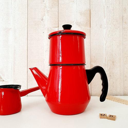 ancienne cafetière en émail rouge