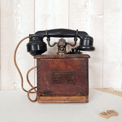 ancien téléphone en bois