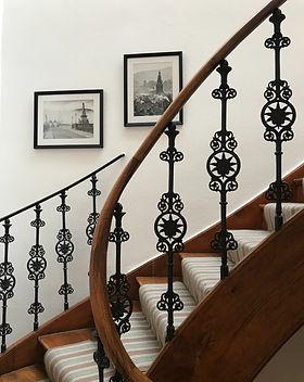Treppe mit historischem Gelaender.jpg