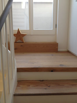 Ausschnitt Holztreppe mit Fensterauschnitt