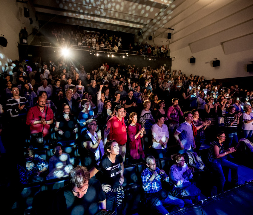 Panorámica del auditorio lleno.