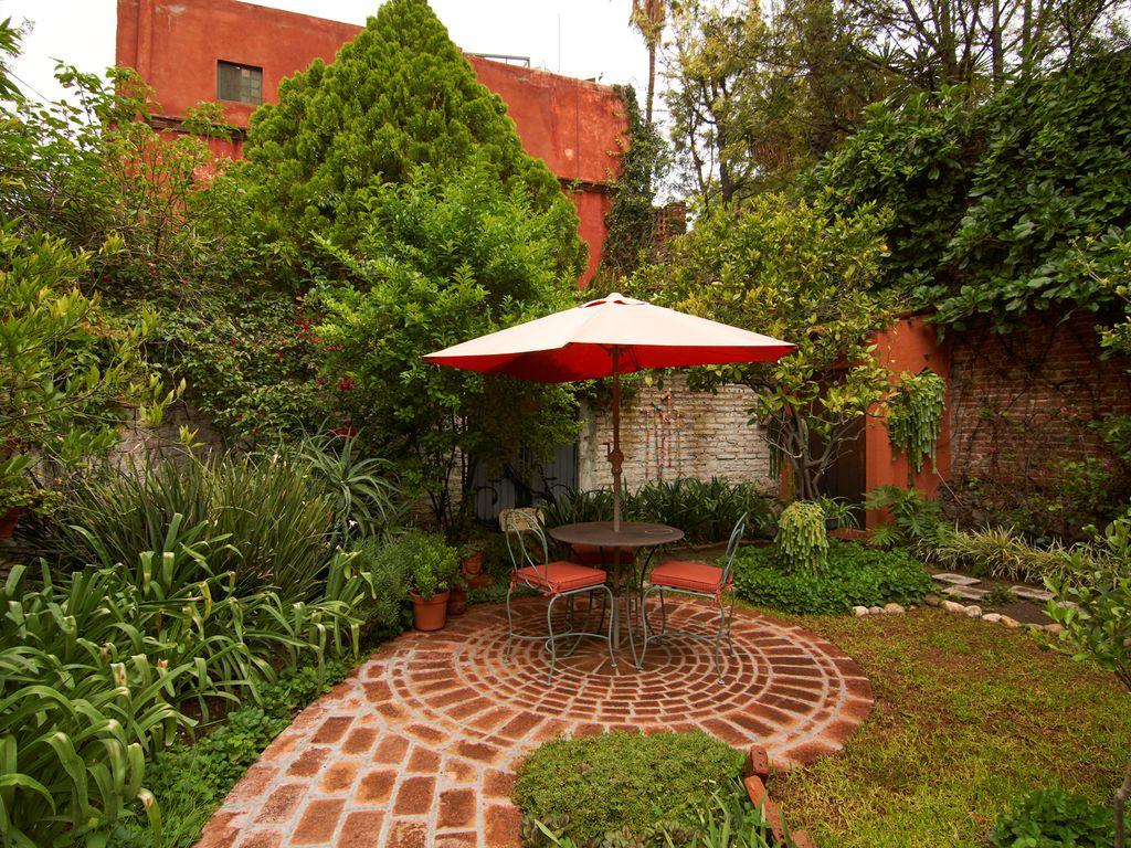 Casa Dos Cisnes garden with umbrella tab