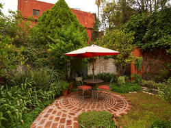 Casa Dos Cisnes garden with umbrella tab