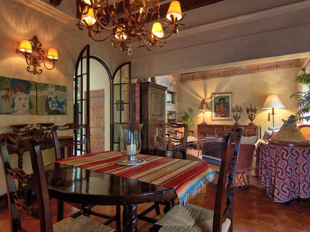 Casa Dos Cisnes dining table seats 6