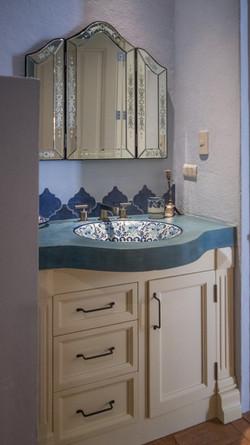 CasaDosHermanas guest 1 blue bath