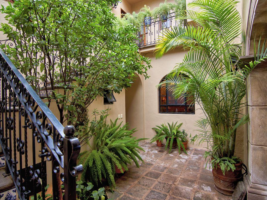 Casa Dos Cisnes entry courtyard