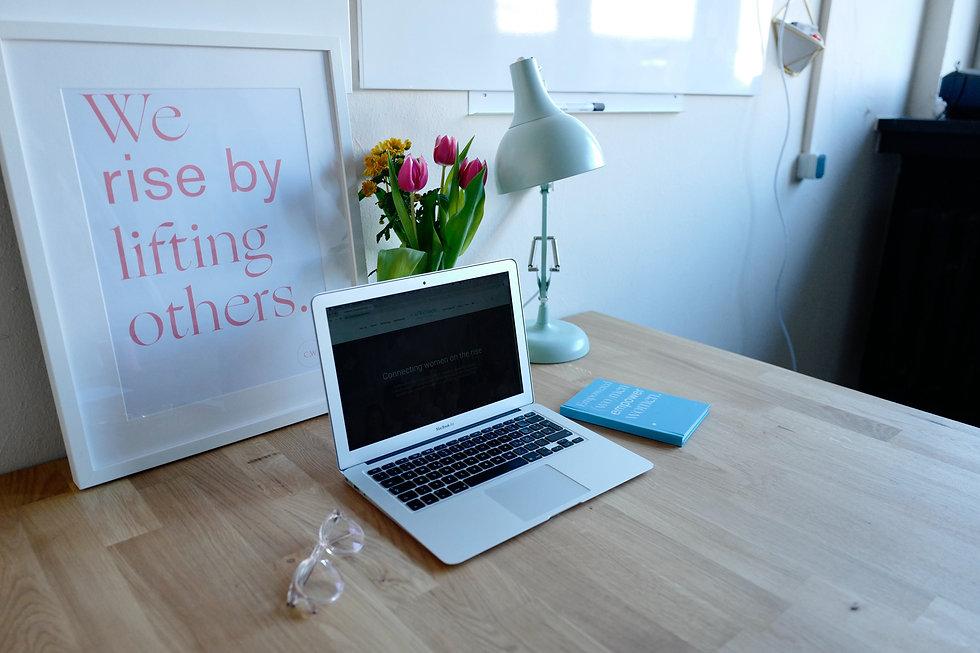 macbook-air-on-brown-table-2041631.jpg