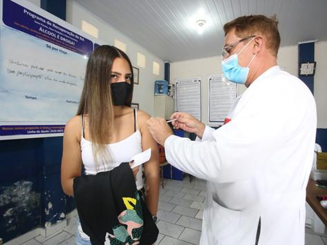 """Vacinação em Niterói atinge 97,5% da população adulta; """"atrasados"""" ainda podem se vacinar"""