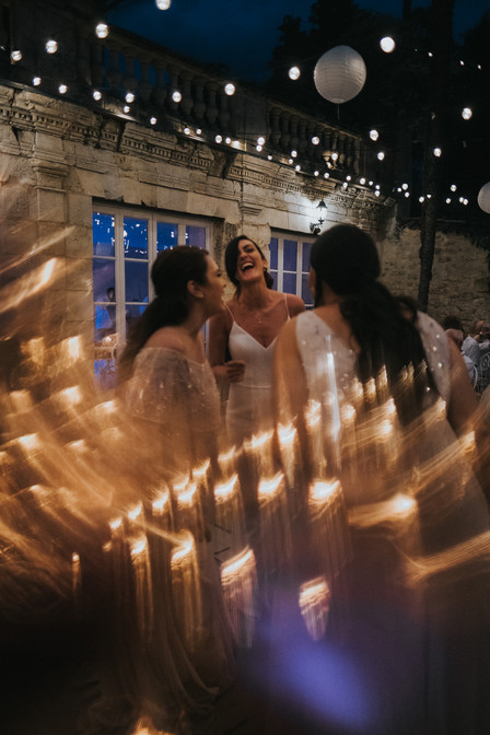 Creative wedding photography: bride with her girls on the dancefloor in France