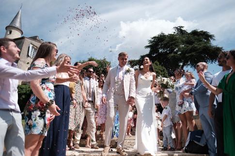 Documentary wedding photography: congetti at french chateau wedding