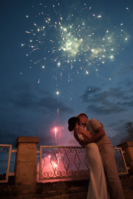 Beautiful wedding photography: kissing under the fireworks