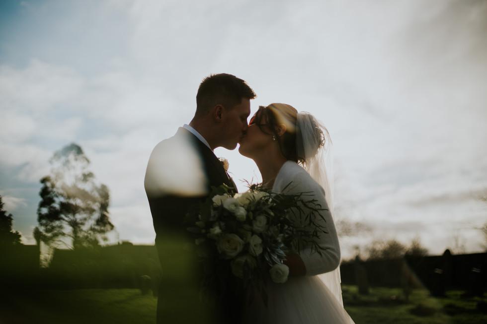 Creatibe wedding photographer:Newly wed couple kiss