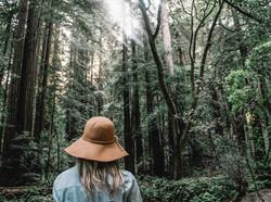 Fille dans une forêt