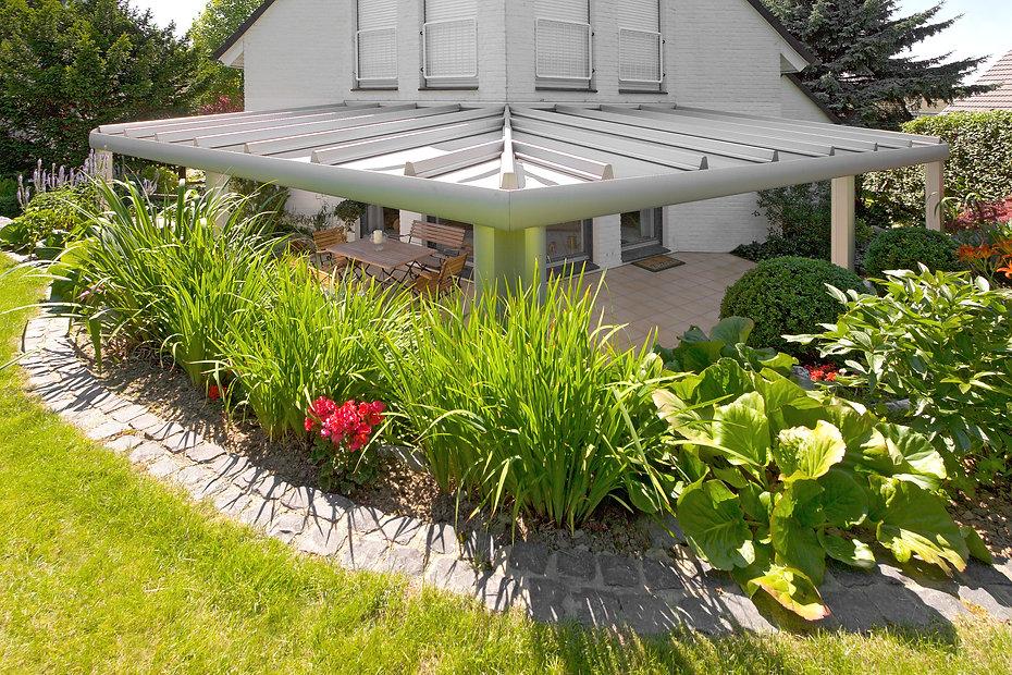 Terrassenüberdachung in Erftstadt mit Glasdach und Aluminium. Das Terrassendach in Erftstadt kann mit wenigen Kosten und einen günstigen Preis zum Wintergarten ausgebaut werden