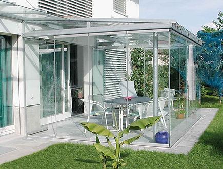 Terrassendach in Erkrath als Sommergarten. Die Terrassenüberdachung in Erkrath mit Glasschiebetüren als Kalt-Wintergarten. Das Terrassendach wurde zu einem Kalt-Wintergarten in Erkrath mit wenig Kosten schlüsselfertig ausgebaut.