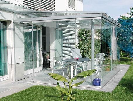 Terrassendach in Monschau als Sommergarten. Die Terrassenüberdachung in Monschau mit Glasschiebetüren als Kalt-Wintergarten. Das Terrassendach wurde zu einem Kalt-Wintergarten in Monschau mit wenig Kosten schlüsselfertig ausgebaut.