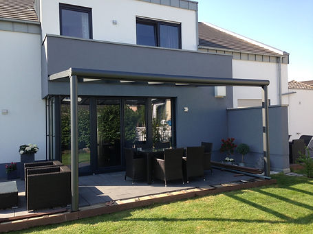 Terrassenüberdachungen Wiehl. Die auf Maß gefertigte Terrassenüberdachung Wiehl kann zum Kalt-Wintergarten mit Glastüren  geschlossen werden.Gern schließen wir Ihr Terrassendach in Wiehl, mit Glastüren schlüsselfertig.