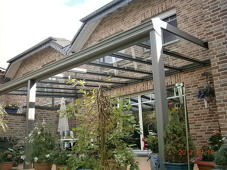 Terrassendach Wiehl. Diese Terrassenüberdachung in Wiehl wurde aus Aluminium und VGS-Glas auf Maß gefertigt und kann später zum Kalt-Wintergarten bzw.Sommergarten schlüsselfertig ausgebaut werden. schnell,gut und zuverlässig