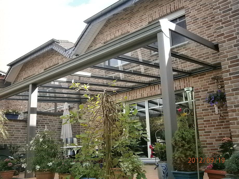 Terrassenüberdachung in Alsdorf Warden bei Aachen, Das preisgünstige Terrassendach Angebot überzeugte im Preis sowie Qualität der Materialien Aluminium und Glas im Dach. Das Terrassendach kann später zum Wintergarten zu niedrigen Kosten ausgebaut werden.