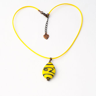 pendentif jaune et noir