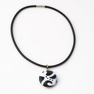 pendentif noir et blanc