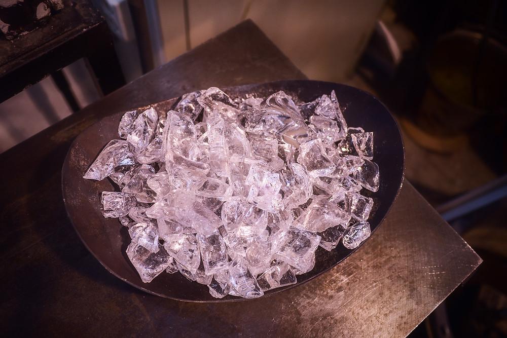 Glasset før det smeltes i ovnen på 1300 grader