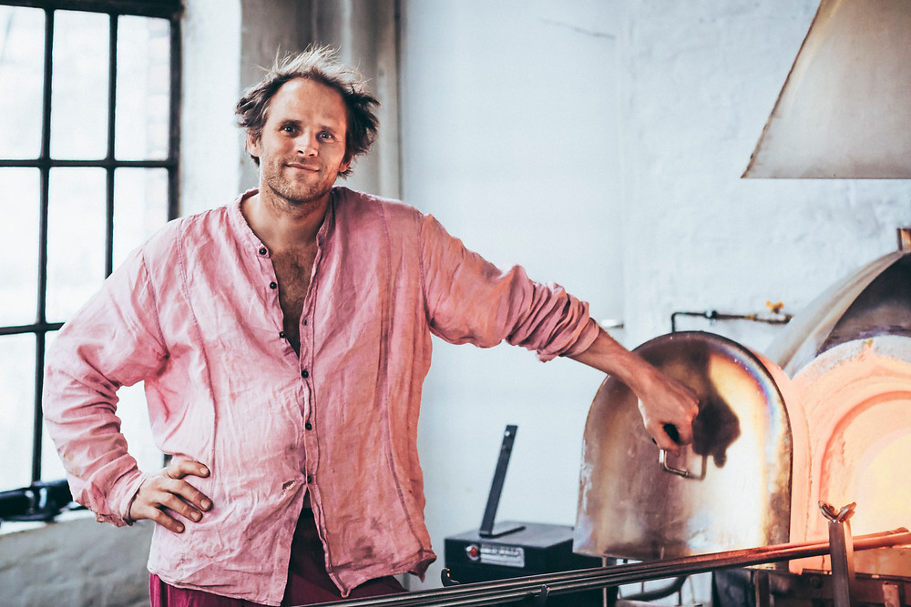 Glasskunstner Pål Roland Janssen etter en lang dag i studioet