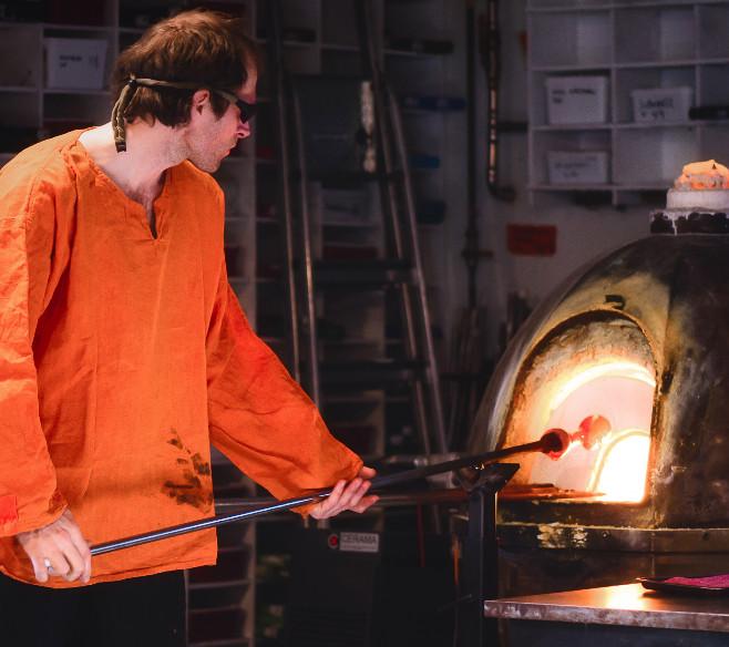 Glasskunstner Pål R Janssen i Glasshytta på Frysja lærer gjerne bort om glass!