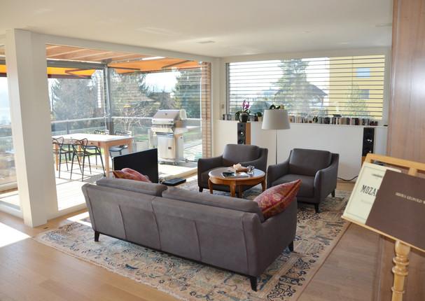 Wohnzimmer und gedeckter Balkon.jpeg