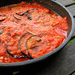 Berenjena italiana con pasta en salsa bechamel y ensalada mediterránea