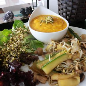 Zucchini al wok con germinados y crema de zapayo