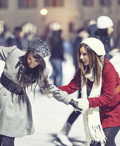 Zwei Mädchen Skating