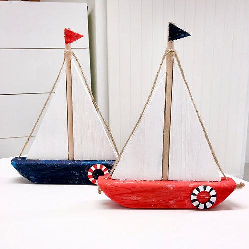 Handbemalte Holzschiffe