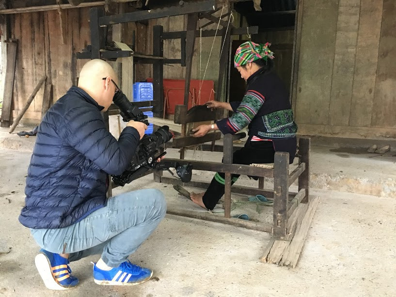 Filming in Vietnam and TVN film crew visited Hmong people in Sapa to film them weaving clothes
