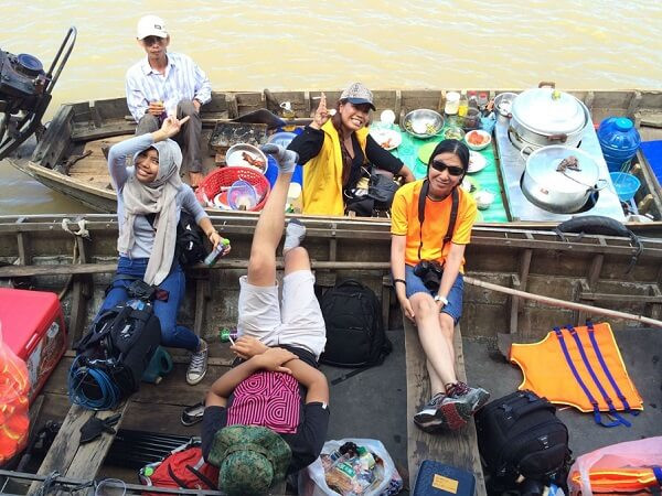 Fixer in Vietnam and Xtreme Media film crew had a tough shoot in Cai Rang floating market. They enjoyed relaxation at the end of the day.