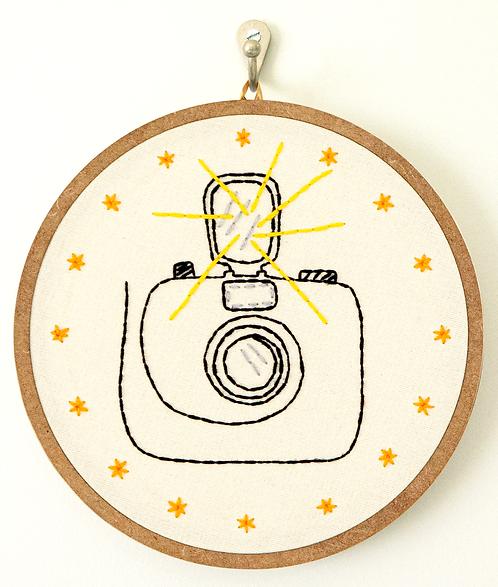 Bordado Câmera Fotográfica 19,5 x 19,5cm